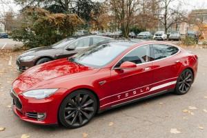 Rød Tesla bil
