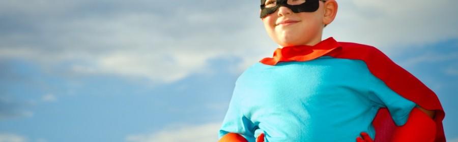 Dreng udklædt som superhelt - fastelavn