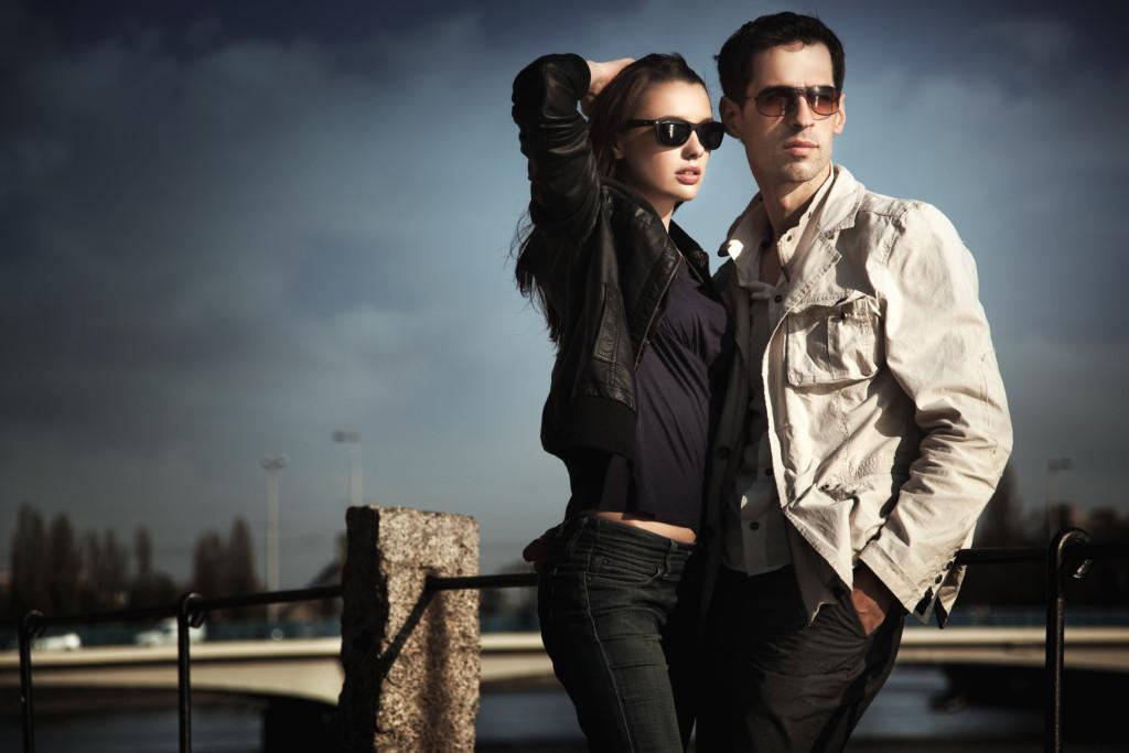 Et ungt par med solbriller