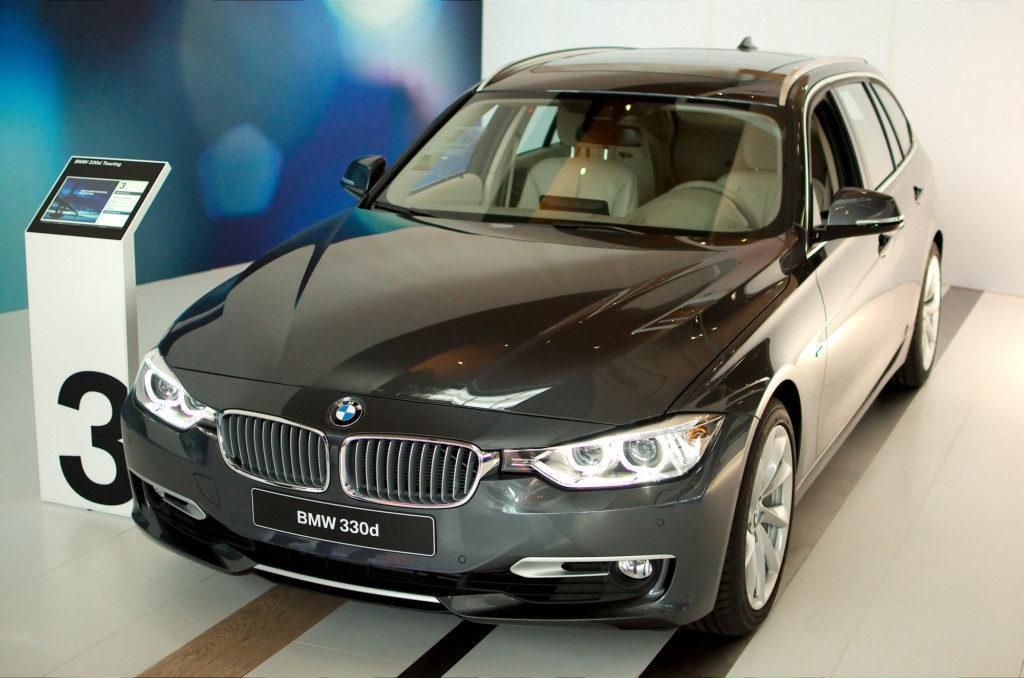 Metalgrå BMW 330d med lyst læderindtræk